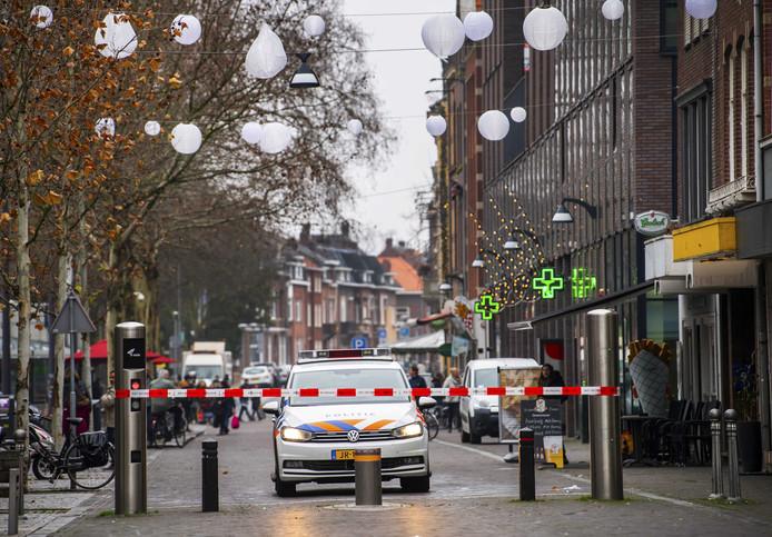 Afzettingen in de Bolwaterstraat in Venlo. De politie heeft de straat nabij het centrum afgezet vanwege een dreiging door een conflict in het criminele circuit