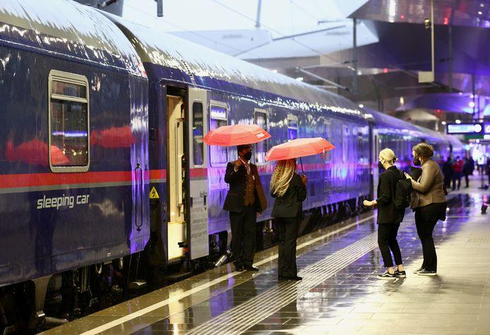 Passagiers wachten maandag 24 mei op het station in Wenen op het vertrek van de Nightjet-trein naar Amsterdam.