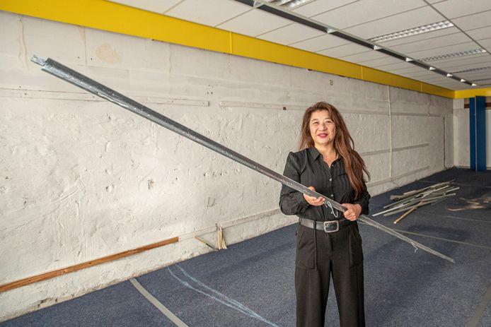 Kartrekker Anne van den Hoek van project InBeeld bij het nieuwe onderkomen voor deze stichting in gebouw De Baander. Eind november moet het inloopcentrum de oude Rabobank in hartje Hardenberg verlaten.