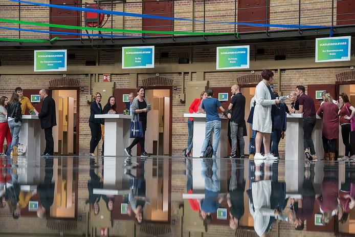 Enkele  stands van scholen tijdens het Job Event Speciaal Onderwijs in De Koepel in Breda.