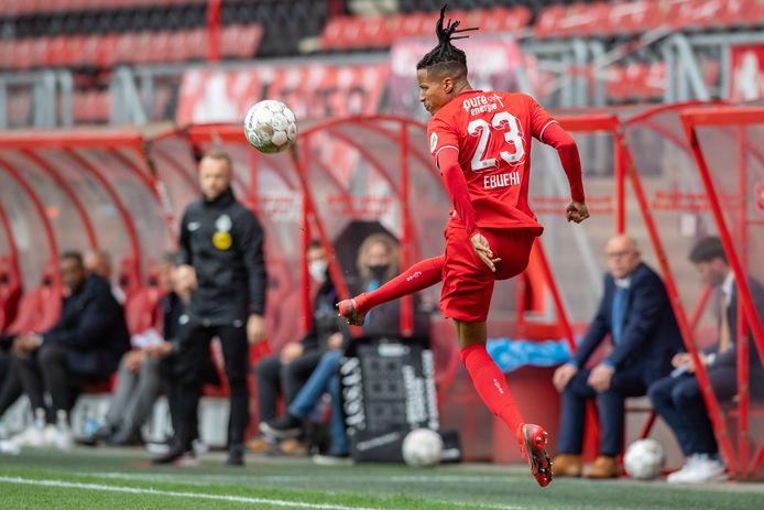 Tyronne Ebuehi keert waarschijnlijk niet meer terug bij FC Twente, hij staat nog onder contract bij Benfica, dat hem wil verkopen.