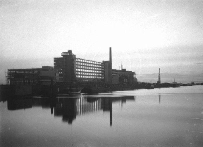 Prachtige, sfeervolle opname van de Van Nelle-fabriek in 1930, het nieuwe complex van de erven wed. J. van Nelle aan de westzijde van de Delfshavense Schie.