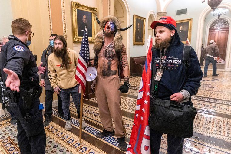 Een bont gezelschap in de hal van de Senaat. Beeld AP