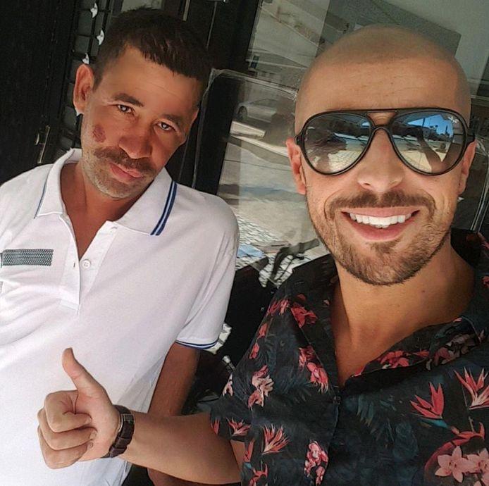 Youssef(rechts) liet Abdelkader bij hem douchen, gaf hem nieuwe kleren en ging met hem naar de kapper.