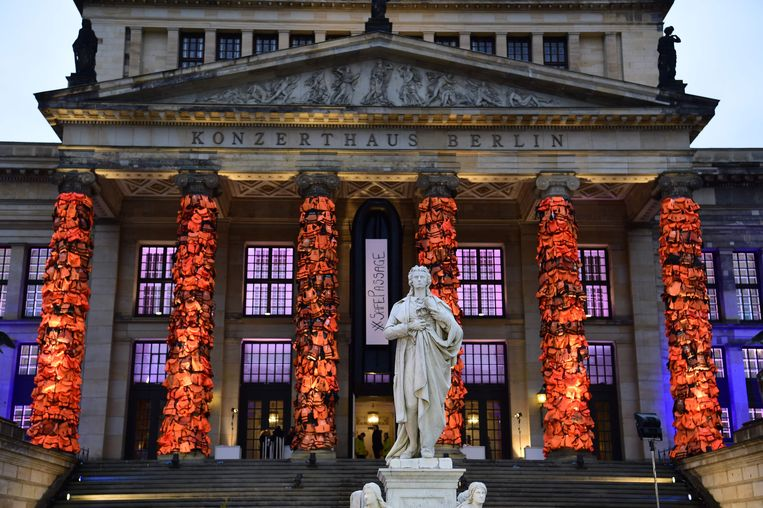 Ai Weiwei hulde de pilaren van het Berlijnse Konzerthaus in 16.000 reddingsvesten die hij liet invliegen uit Lesbos. Beeld AFP