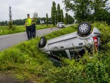 Auto slaat meerdere keren over de kop in beruchte bocht bij Doornenburg, omstanders helpen bestuurder
