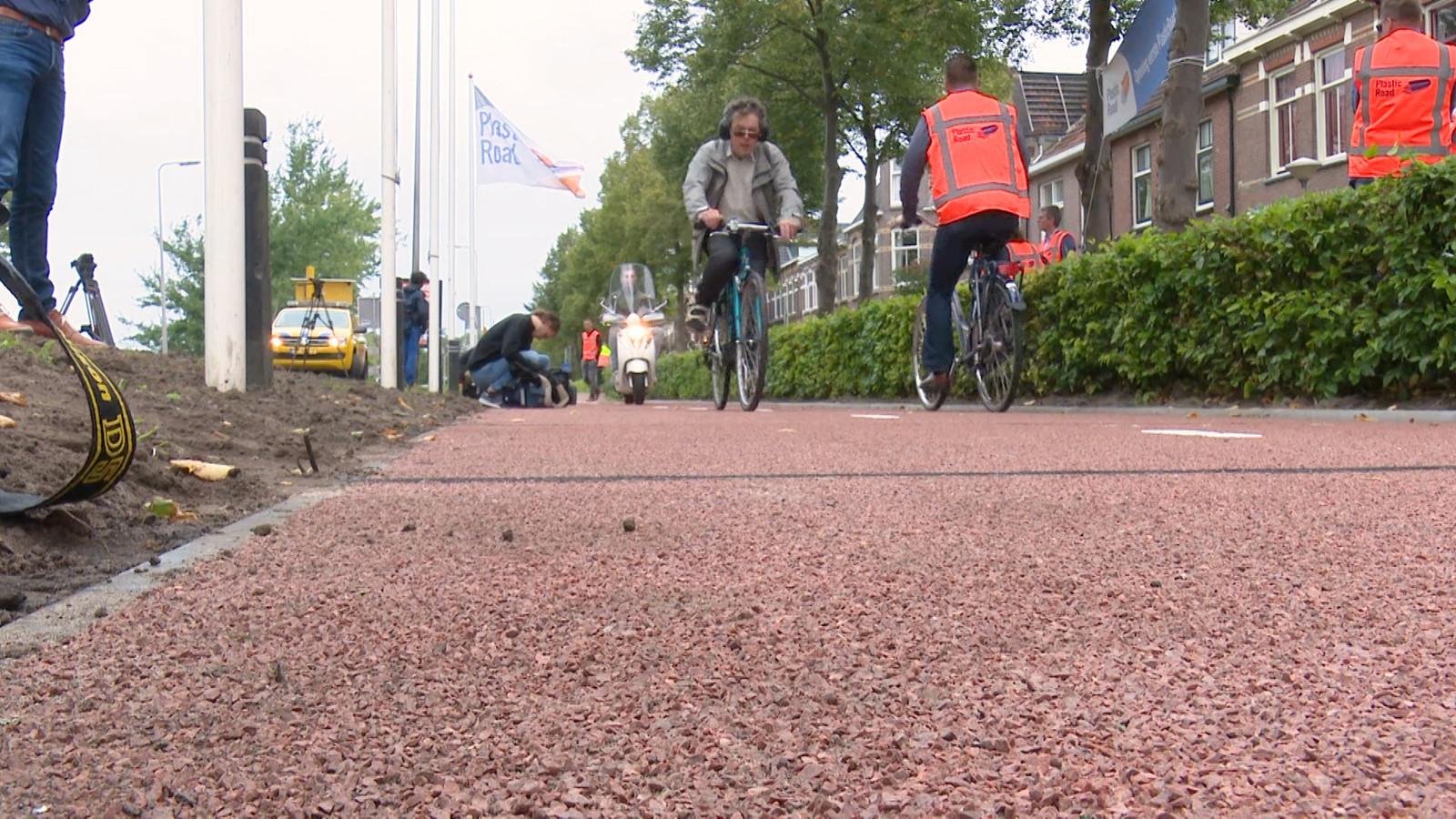 In Zwolle is het eerste fietspad gemaakt van gerecycled plastic.