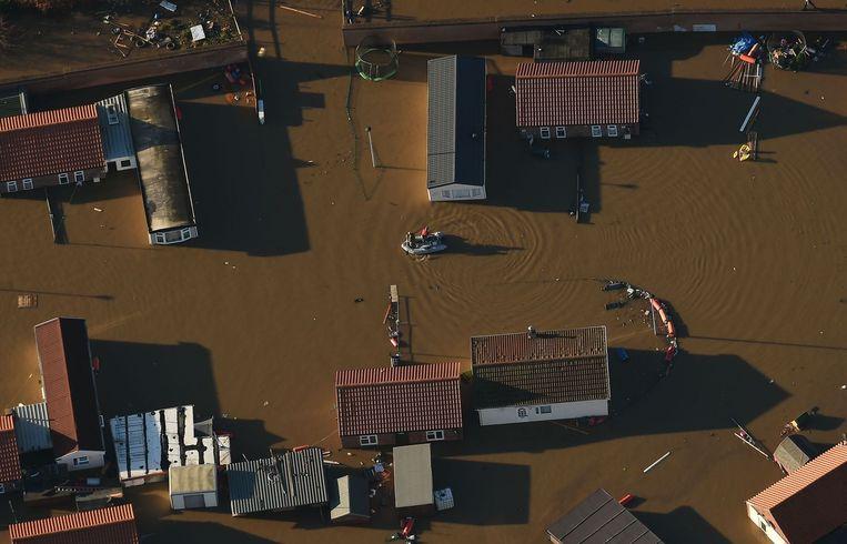 Meer dan driehonderd mensen kregen in het Engelse York het advies om hun huis te verlaten toen de Ouse na hevige regenval buiten haar oevers trad. Beeld Joe Giddens / AP