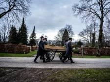 Dit familiebedrijf verzorgt 'eenzame uitvaarten': 'Iedereen verdient een waardig afscheid'