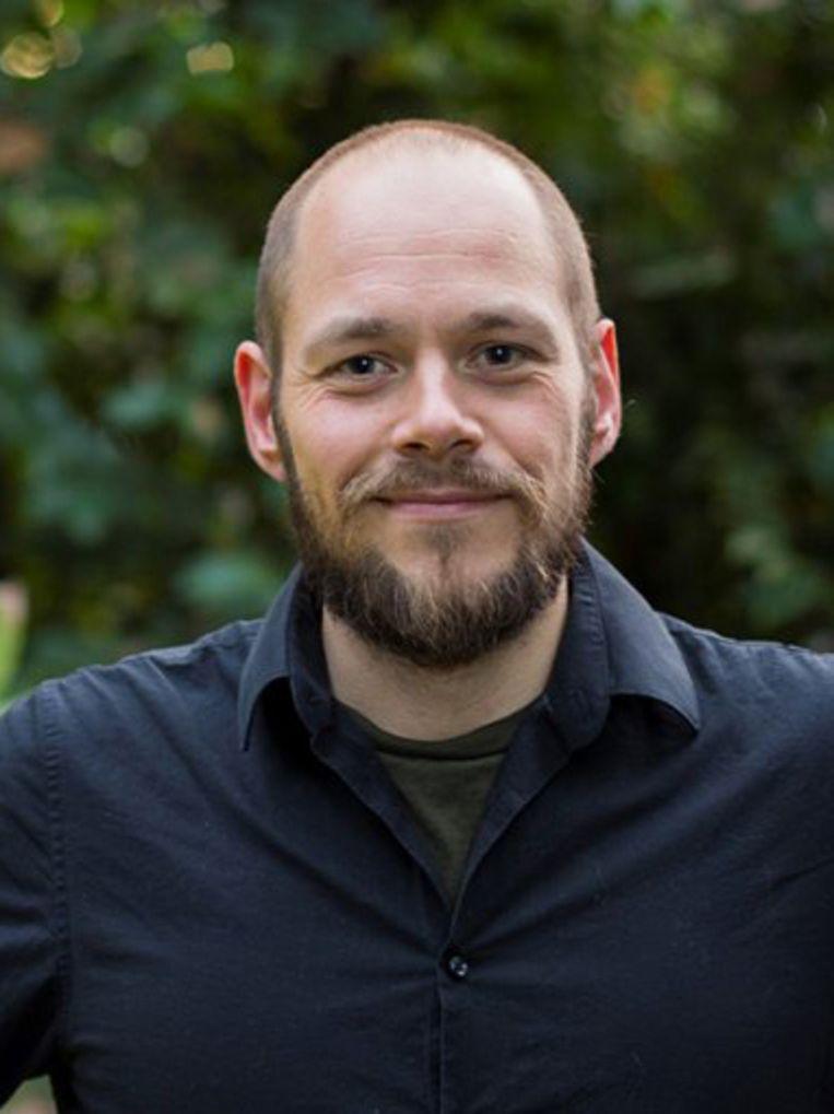 Edwin Pos, Nunspeet, 29 januari 1987, studeerde ecologie aan de Universiteit Utrecht en promoveerde in 2018 in de richting van theoretische evolutionaire ecologie. Nu is hij universitair docent en onderzoeker aan dezelfde universiteit. Naast zijn onderzoek is hij vijfmaal genomineerd voor Docent van het Jaar en is hij sinds vorig jaar ook wetenschappelijk directeur van de Botanische Tuinen van de Universiteit Utrecht. Beeld