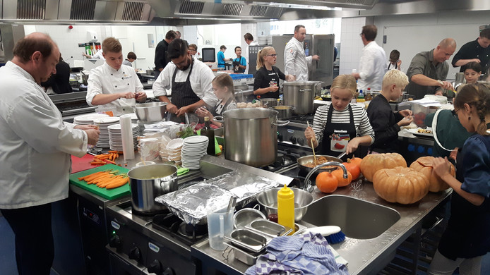 Het was met 50 kinderen hectisch in de keukens van het Koning Willem I College.
