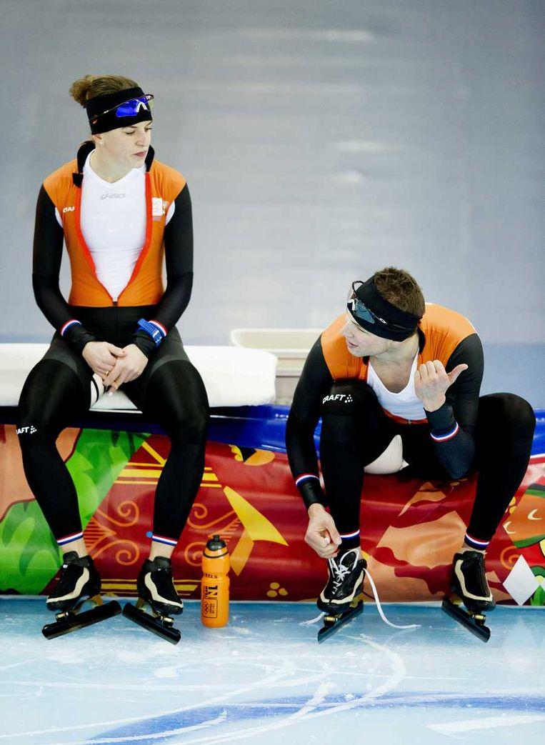 Ireen Wüst (L) en Sven Kramer tijdens de training/ Beeld anp