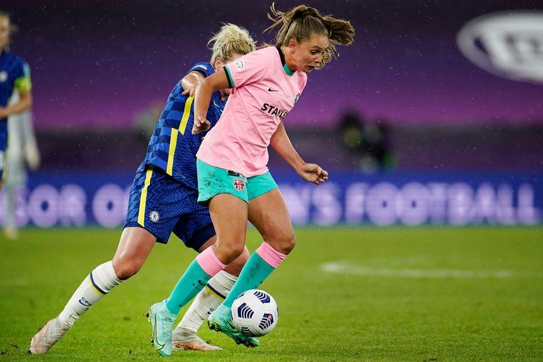 Barcelona's Lieke Martens (R) en Chelsea's Millie Bright. Beeld EPA