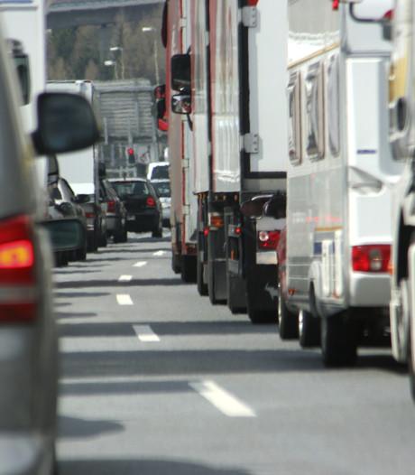A16 bij Dordrecht weer vrij na autobrand op rijbaan