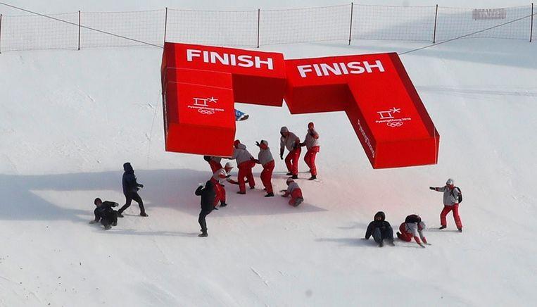 De finish wordt afgebroken nadat de wedstrijd van vandaag werd uitgesteld naar donderdag. Beeld Photo News