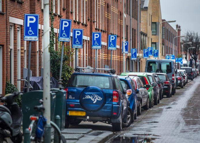 In de Terwestenstraat zijn er veel mensen met een invaliditeitsparkeervergunning.