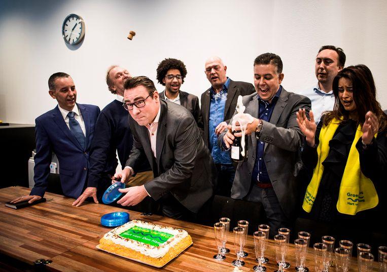 DEN HAAG - Groep de Mos (met De Mos links midden) viert de overwinning op het Stadhuis in Den Haag nadat ze de grootste zijn geworden in de Hofstad. FREEK VAN DEN BERGH Beeld -