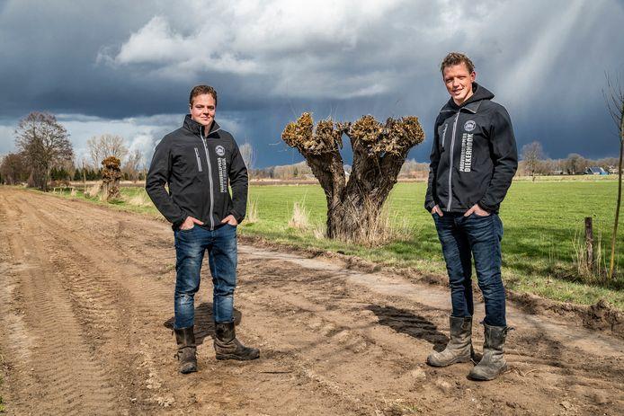 Bart Haverslag(r) en Arjan Veneklaas(l) van Paasvuur Dijkerhoek zijn rond deze tijd druk in de weer met het paasvuur.
