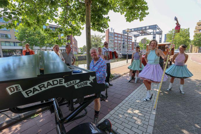 Een mini-karavaan van theater en muziek trok vrijdag door de Eindhovense binnenstad.