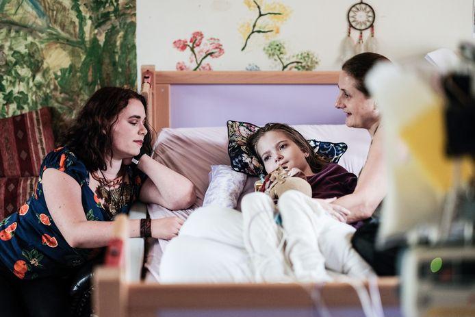 Eris Niesing met moeder Carolien (rechts) en clini-prinses Esmée de Bruin.