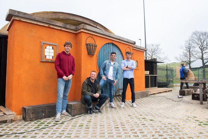 Breda - Het team van Oostkust. Van links naar rechts: Maarten Lammertink, Billy Zomerdijk, Farid Bicane en Mauro Boer. Op de achtergrond is decorbouwer Matthias van den Berg aan het werk.