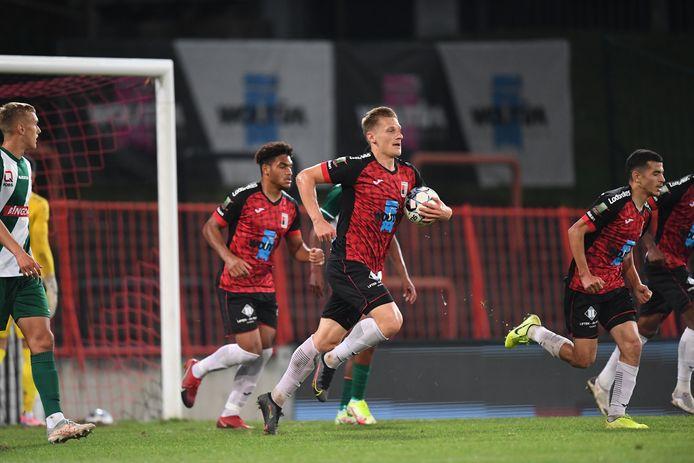Verdediger Gilles Ruyssen heeft zonet de 1-2 gescoord voor RWDM en loopt met de bal naar de middencirkel.