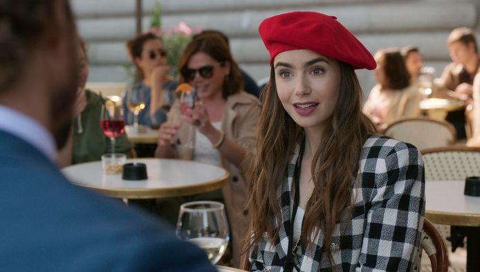 """Lily Collins dans la série Netflix """"Emily In Paris""""."""