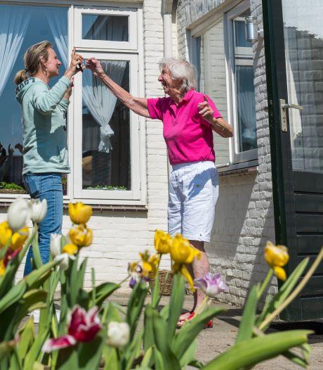 Inge haalde haar dementerende moeder uit het verpleeghuis vanwege corona: 'Ik zou het zo weer doen'