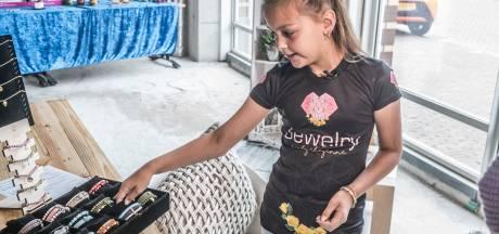 9-jarige Cheyenne opent haar eigen sieradenwinkel: 'Geld gaat naar eenzame ouderen'