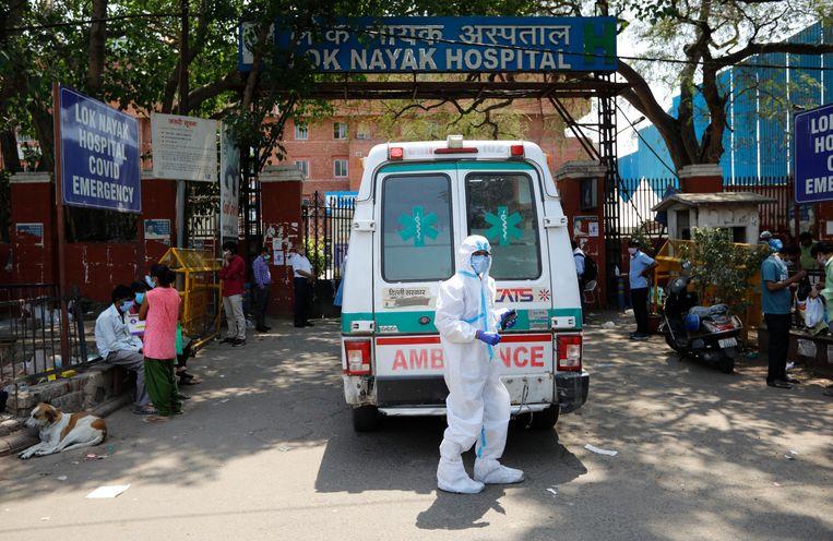 Het Lok Nayak-ziekenhuis in New Delhi. De coronacijfers in India gaan in sneltempo in stijgende lijn. Beeld AP