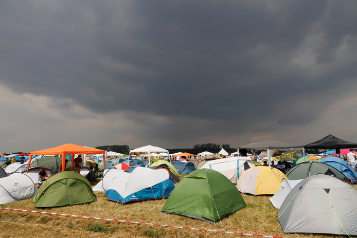 Een donkere lucht boven de camping van Down the Rabbit Hole.