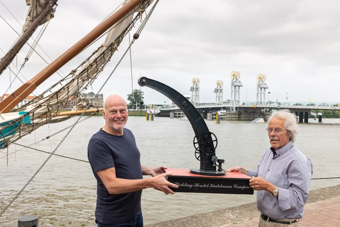 Jan Elhorst (l) en Berry Zandbergen met een model van de Kamper kadekraan.