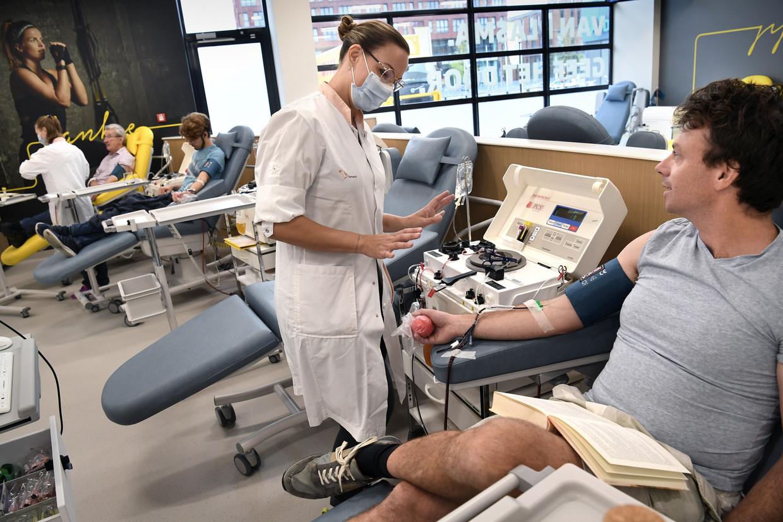 Bloedplasma doneren duurt drie kwartier, aanzienlijk langer dan bloed doneren. Beeld Marcel van den Bergh / de Volkskrant