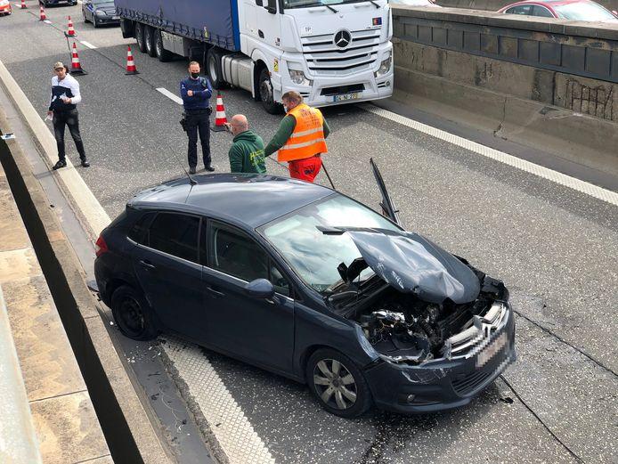 De auto blokkeerde een uurtje lang de rechterrijstrook, tot de takeldienst hem kwam ophalen.