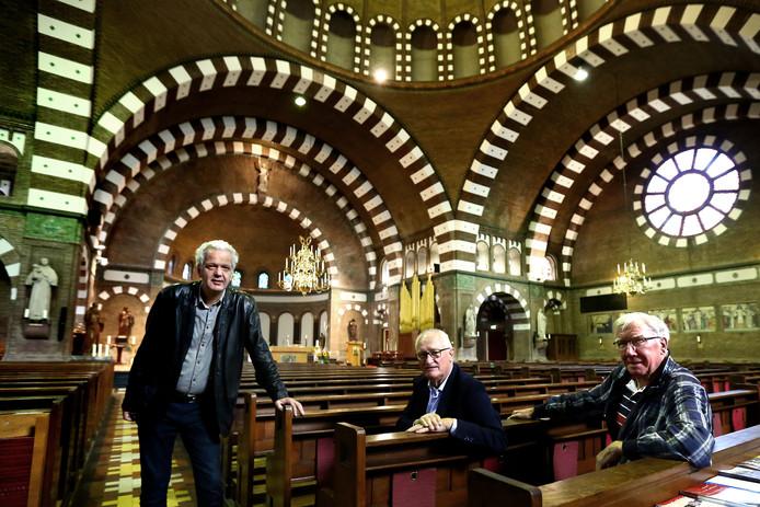 De originele Moorse bogen in de katholieke kerk in Wageningen zijn terug. Van links naar rechts Peter Abspoel (voorzitter locatieraad), John Albers (koster) en Ton Tiemessen (één van de vrijwilligers).