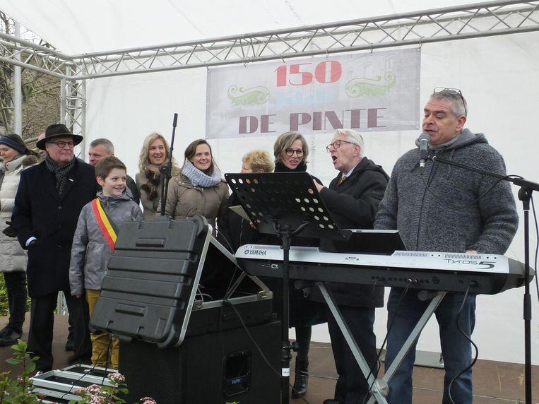 Het feestjaar wordt ingezet met het lied 'En... we zijme van De Pinte' van Luc De Ruyck (tweede van rechts).