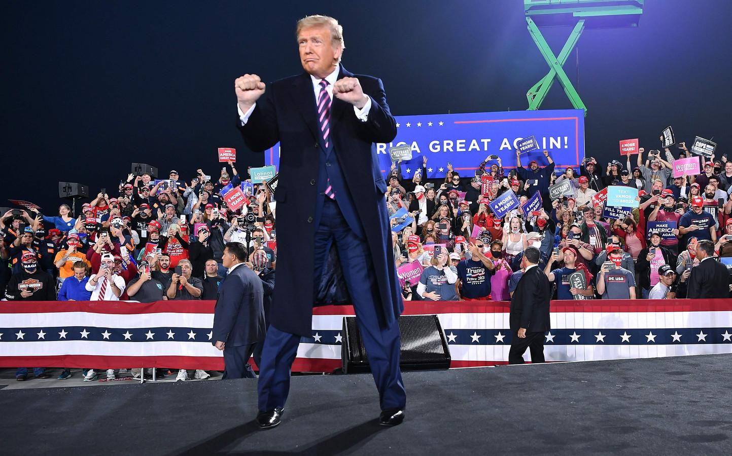 Een strijdvaardige Donald Trump tijdens een verkiezingsmeeting in september 2020