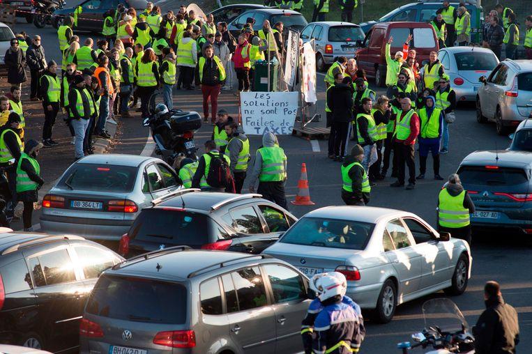 Ook in Saint-Herblain, bij Nantes, werden automobilisten het voorbije weekend maar met mondjesmaat doorgelaten. Beeld AFP
