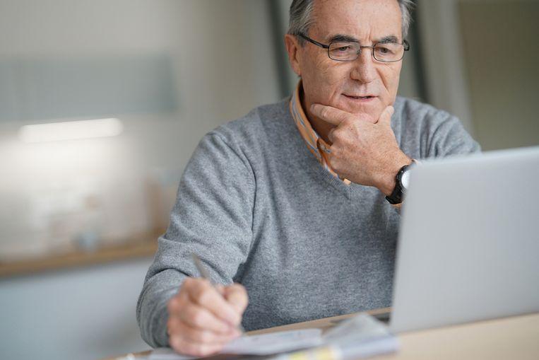 Slechts 38,8% van de 55-plussers gebruikte vorig jaar een mobiele bankapp. Beeld Shutterstock