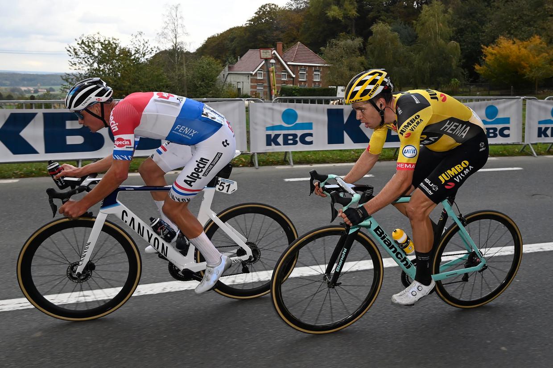 Mathieu van der Poel en Wout van Aert in de Ronde van Vlaanderen 2020. Ook op zondag 4 april 2021 zullen de wielertenoren geen steun krijgen van toeschouwers langs de weg. Beeld Photo News