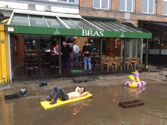 Klanten van Café Bras brengen best hun luchtmatras mee om van het terras te kunnen genieten.