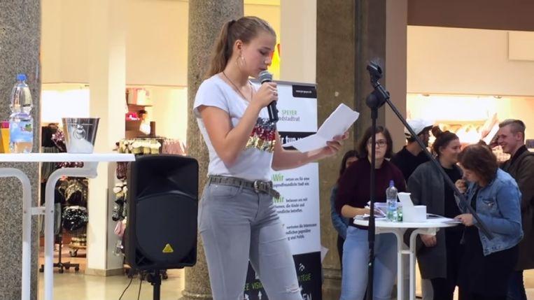 Ida-Marie Müller tijdens de voordracht van haar eerste gedicht.