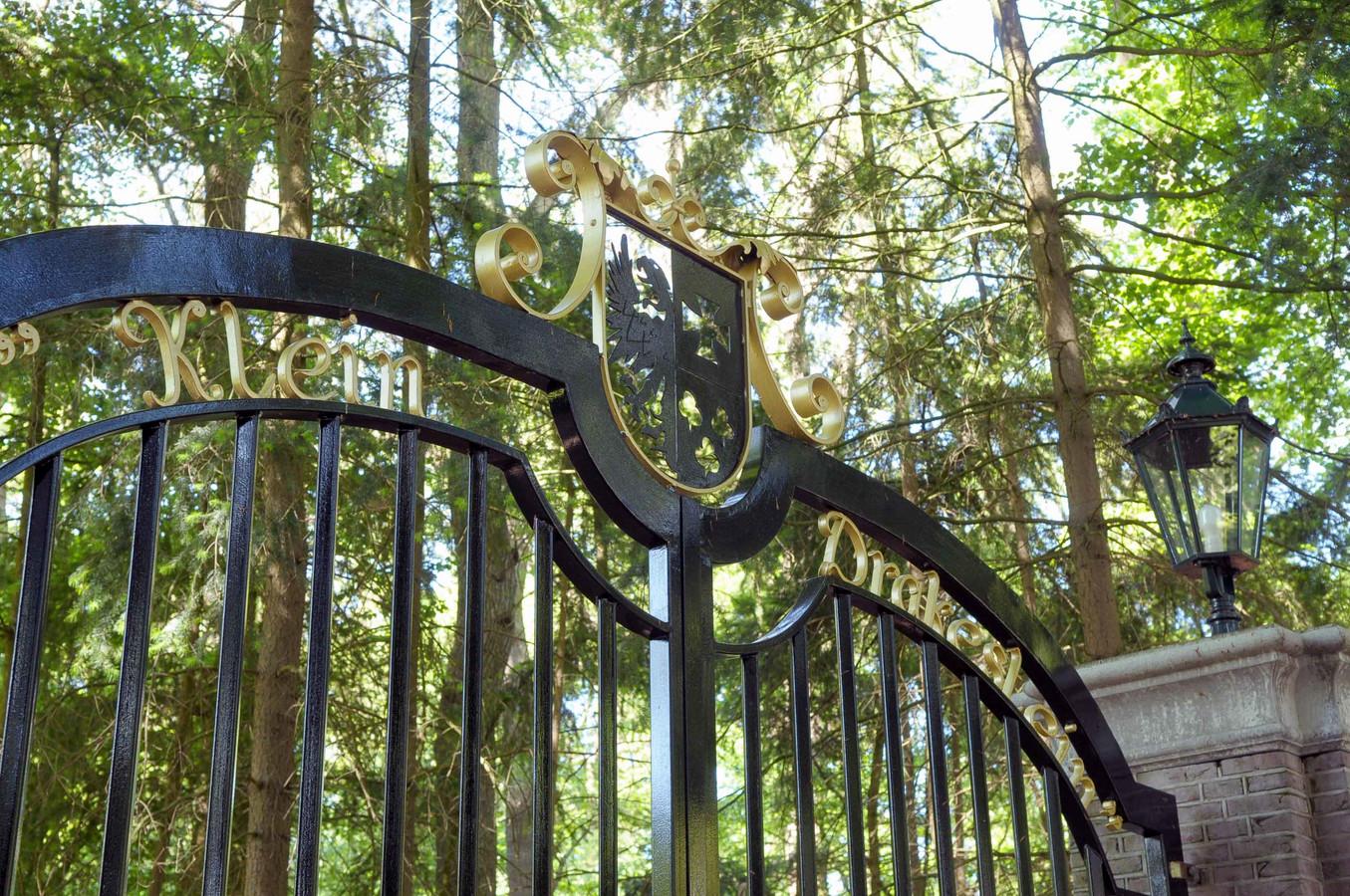 De bewoner zette smeedijzeren hekken neer met gouden letters