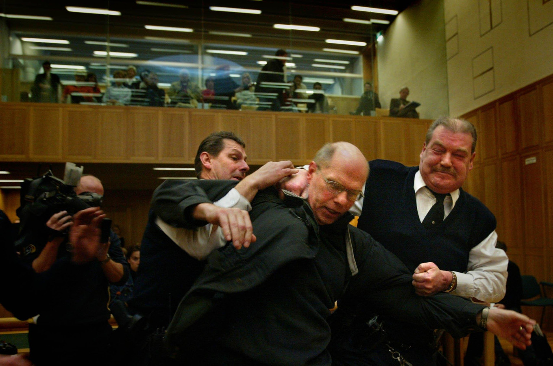 Ernest Louwes gaat in de rechtszaal door het lint, nadat hij alsnog tot twaalf jaar cel is veroordeeld.