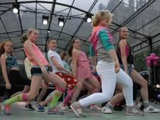 VIDEO: Leerlingen van Geraldine hebben geen last van podiumvrees tijdens Roze Zondag in Den Bosch