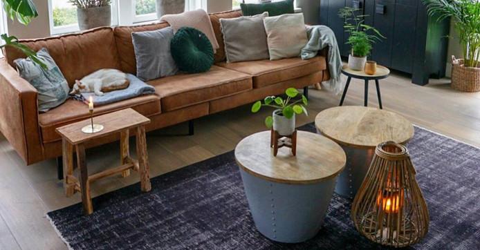 Veel hout en planten in de kamer van Michèle.