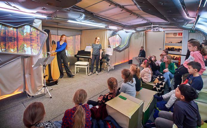 Binnen in de Classic Express luistert groep 5 van basisschool  De Uilenbrink naar muziek van jonge prijswinnaars van het Prinses Christina Concours.