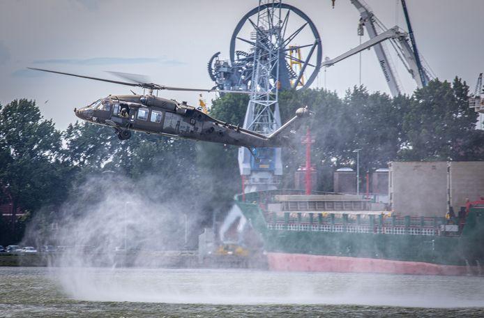 Helikopters van de Amerikaanse luchtmacht die zijn opgestegen vanuit Eindhoven landen in de Waalhaven.