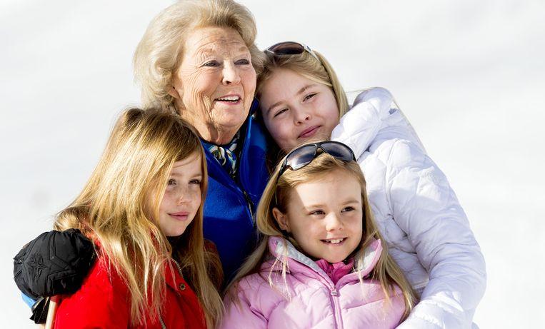 Met Oma, prinses Beatrix, in Lech, februari 2015. Beeld anp