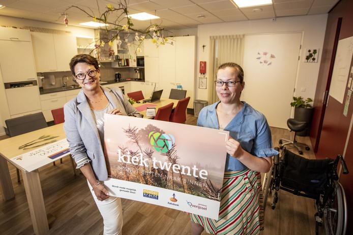 Astrid Hampsink (links) en Miranda Kamphuis, initiatiefnemers van Kiek Twente dat foto's van natuur in verzorgingshuizen hangt als gespreksstof voor senioren.